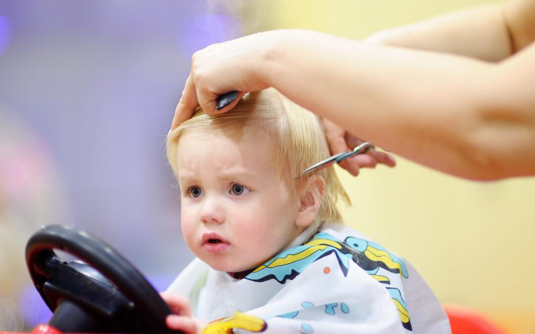 Sfaturi și trucuri pentru a-ți ajuta copilul să-și depășească frica de tunsoare!